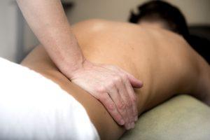 Havajská masáž je praktikována plynulými a rytmickými pohyby