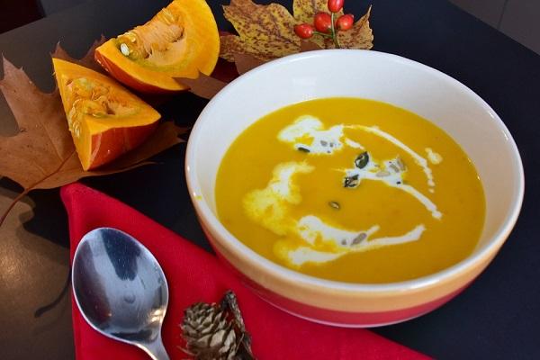 Zdravá dýňová polévka se skořicí pro zahřátí těla