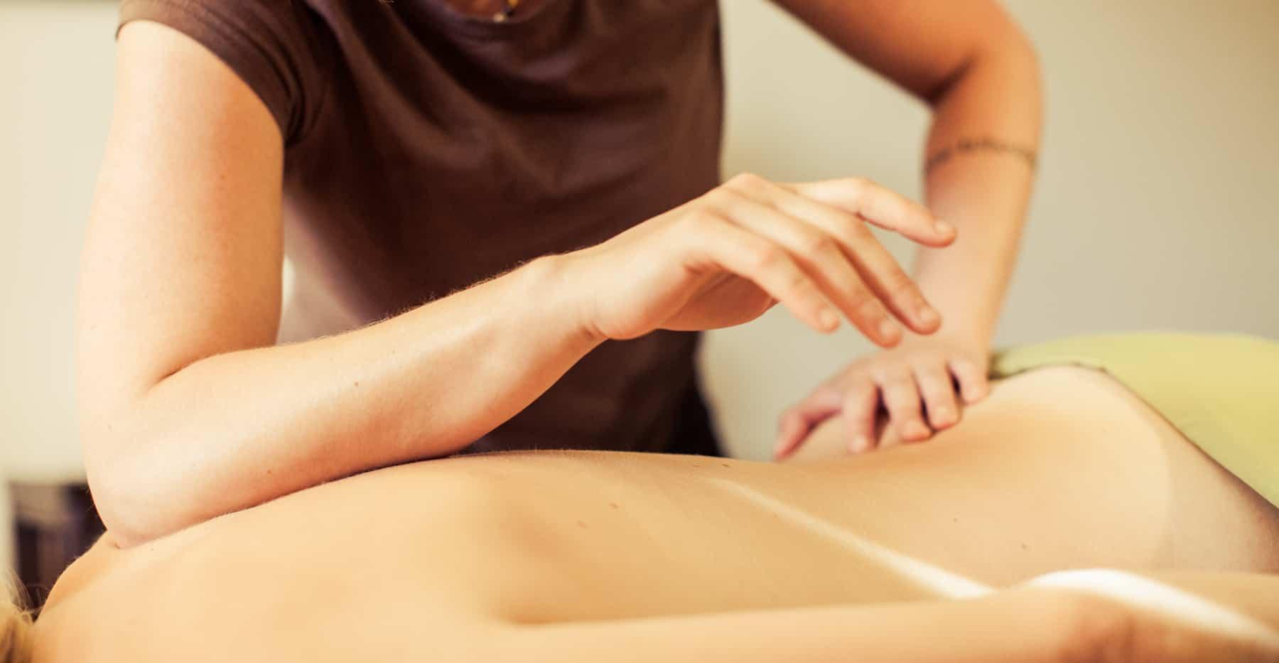 Havajská masáž Lomi – Lomi má svůj původ v Polynésii a je součástí léčebných systému mistrů Kahunů