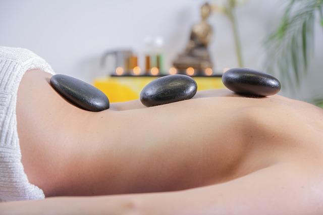 Masáž lávovými kameny, která léčí tělo i duši
