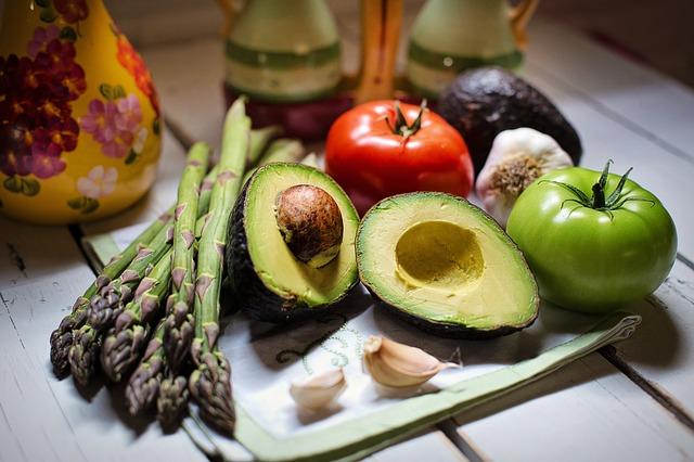Zdravý jídelníček by měl obsahovat různé ovocné a zeleninový salát nejen v létě