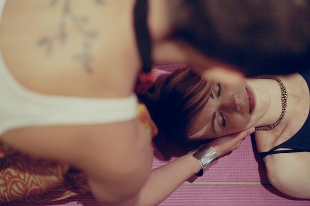 Indická masáž hlavy se skládá z technik ajurvédské masáže, která uvolňuje celý nervový systém
