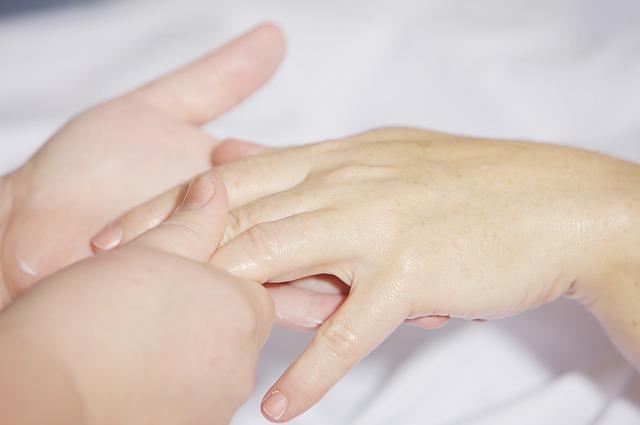 Reflexologie ruky může stimulovat nebo utlumovat
