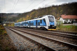 Cestování vlakem má velké výhody.