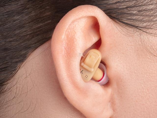 Naslouchátka pro seniory a nedoslýchavé odstraní ostych a nejistotu
